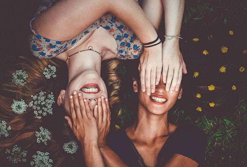 deux femmes allongées sur l'herbe