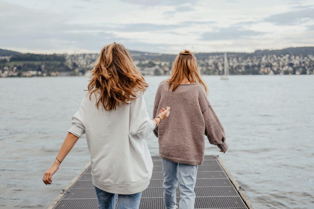 amis marchant sur la jetée
