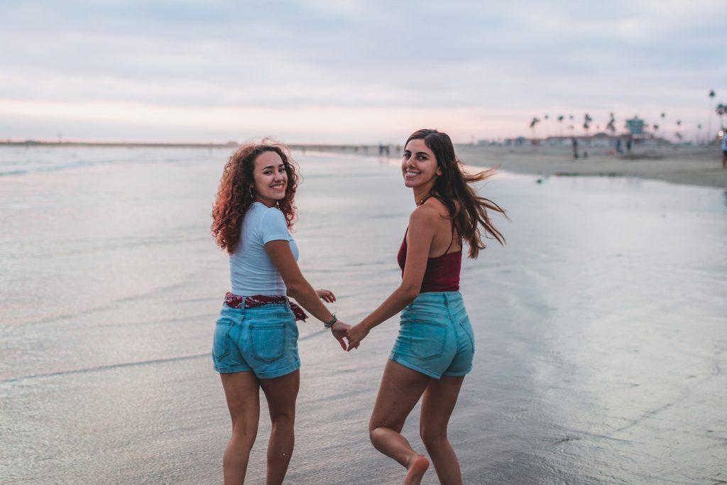 deux filles qui traversent la plage