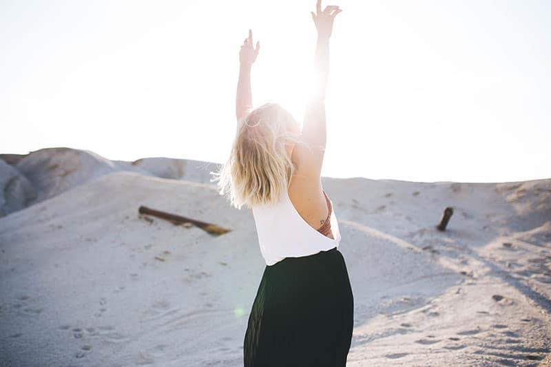 heureuse jeune femme blonde au soleil