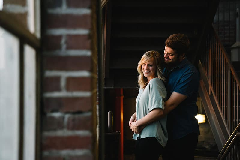 jeune couple, étreindre, et, sourire