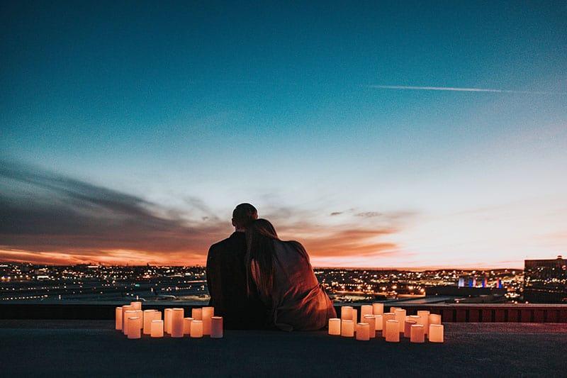 jeune couple, apprécier, coucher soleil