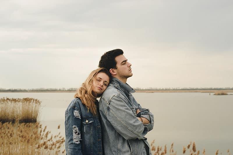 jeune couple, eau, apprécier, air frais