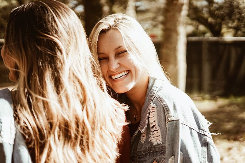 jeune femme blonde souriante avec un ami