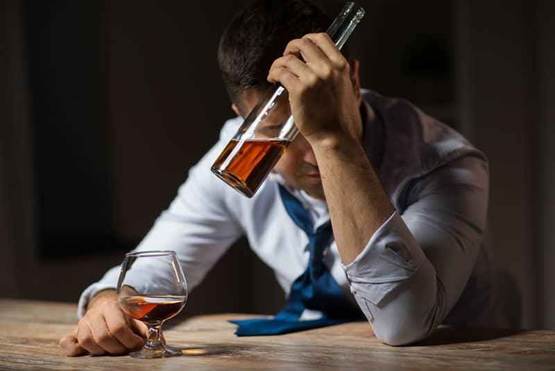 jeune homme accro à l'alcool