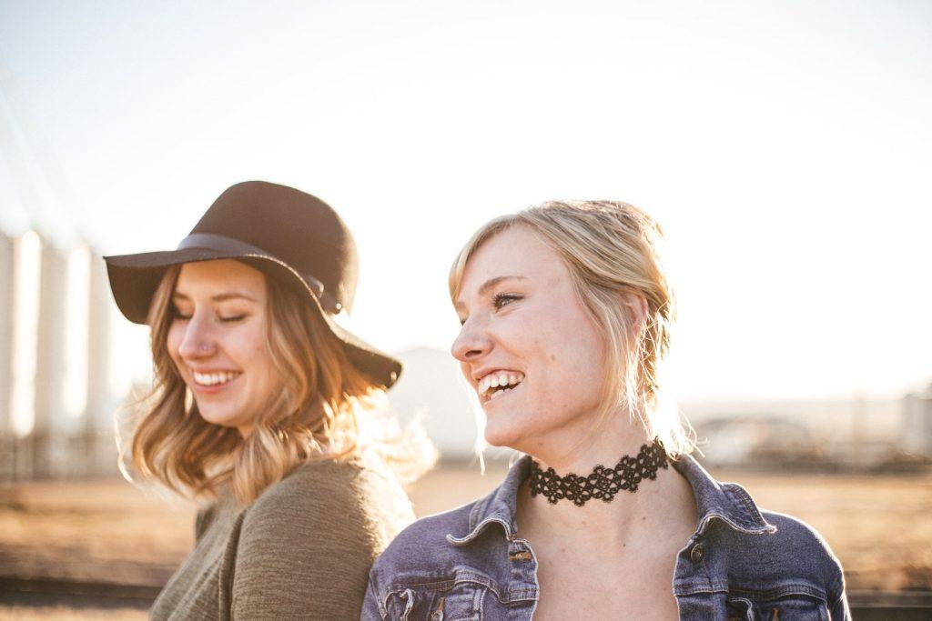 les deux filles regardent ailleurs et haussent les épaules