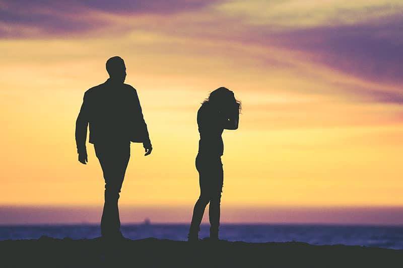 silhouette d'un couple triste