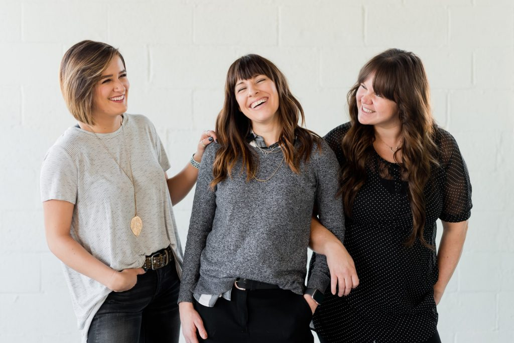 trois filles se lèvent et rient