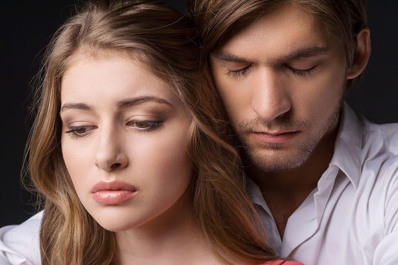 triste jeune couple caresses comme signe de confort