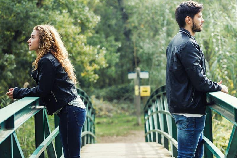 triste jeune couple sur un pont