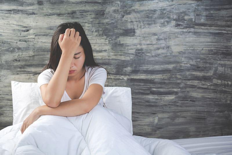 triste, jeune, femme asiatique, pose, dans, elle, lit