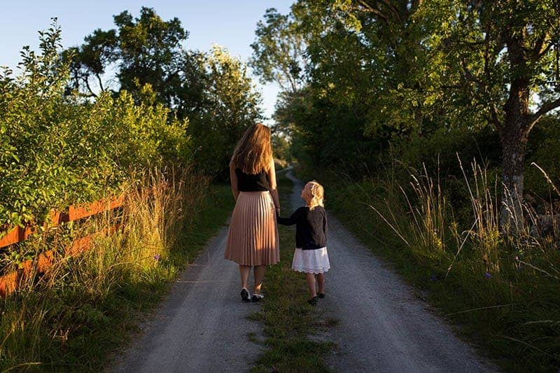 femme définit avec enfant