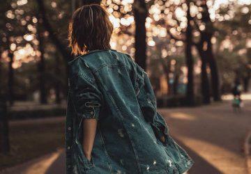 femme solitaire traversant la route