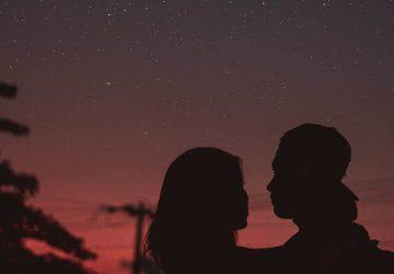 silhouette d'un couple au coucher du soleil