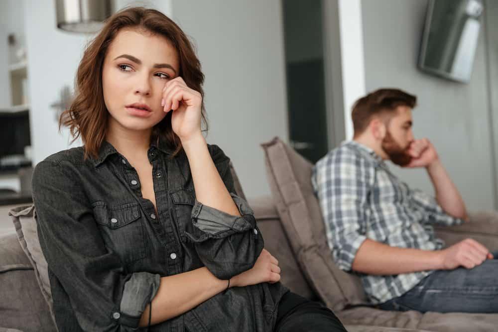 jeune couple triste sur canapé