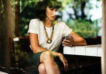 textos de jeune femme au café