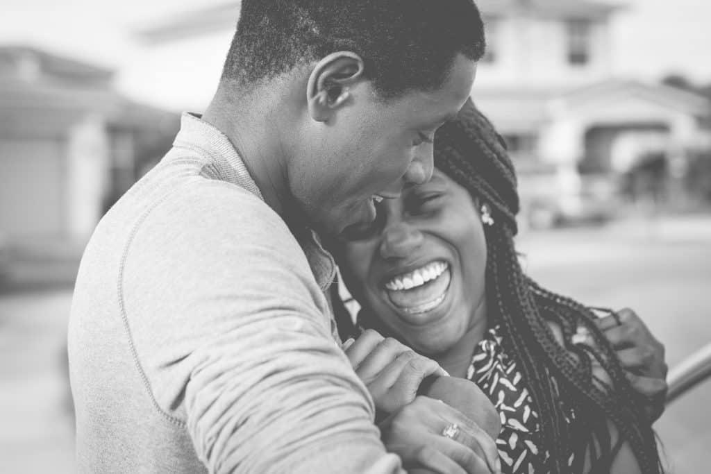 la femme dans les bras de l'homme rit