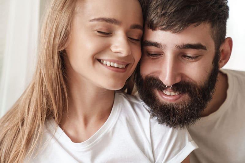 portrait, jeune, couple, étreindre