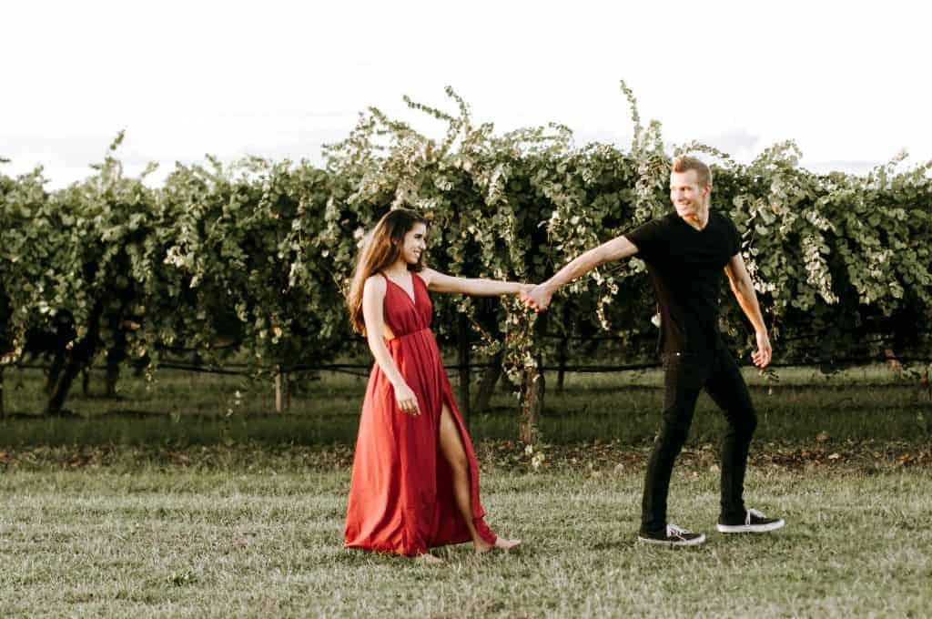 un homme et une femme marchant main dans la main