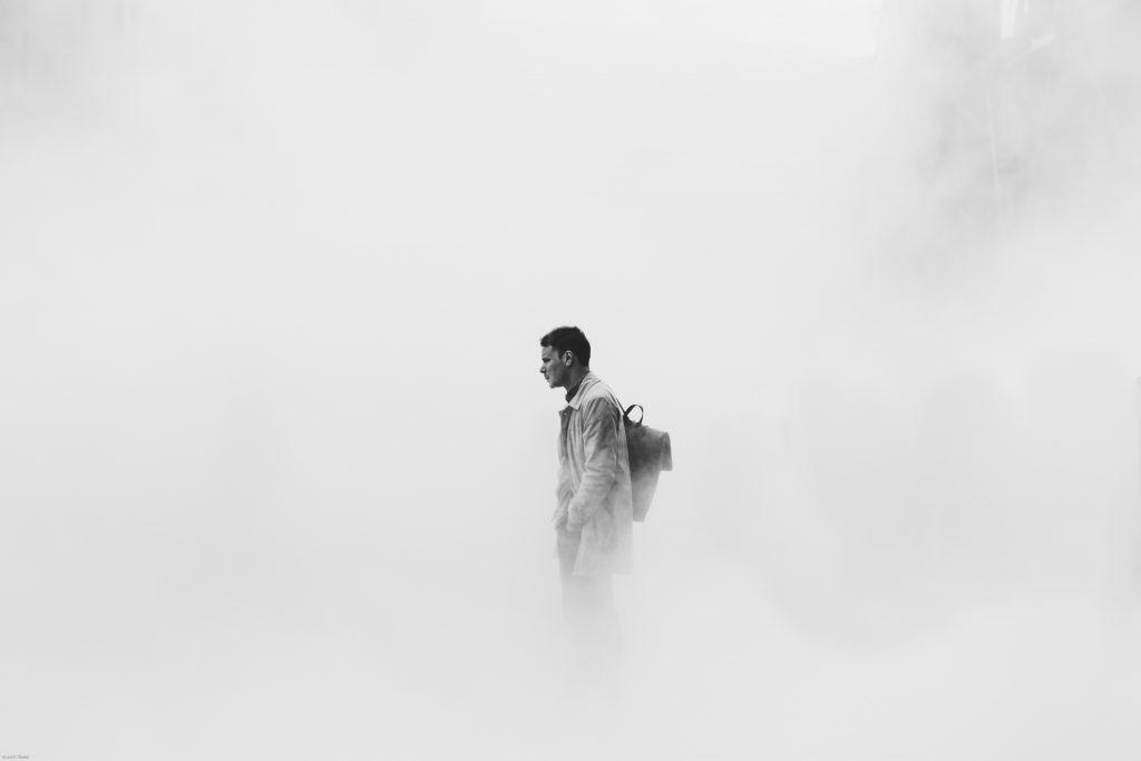 un homme s'installe avec un sac à dos sur le dos