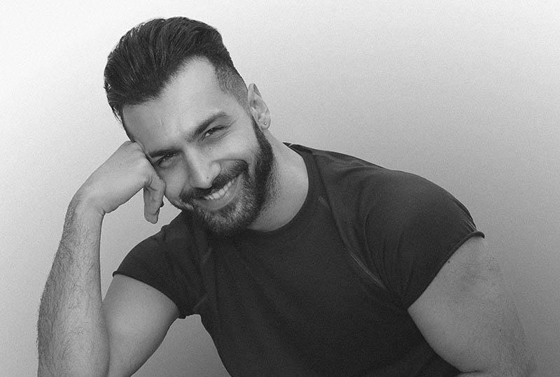 un homme souriant avec une barbe