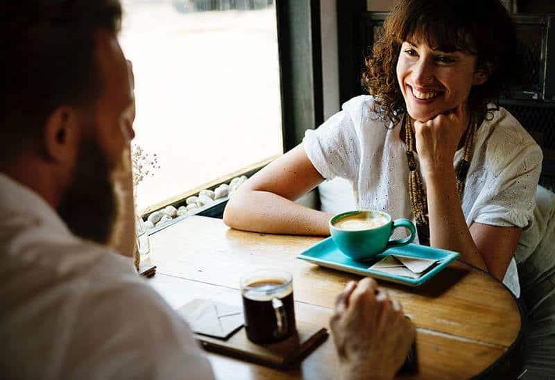 couple, boire du café et parler