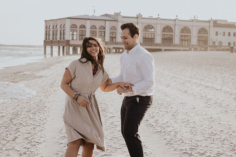 couple dansant sur la plage