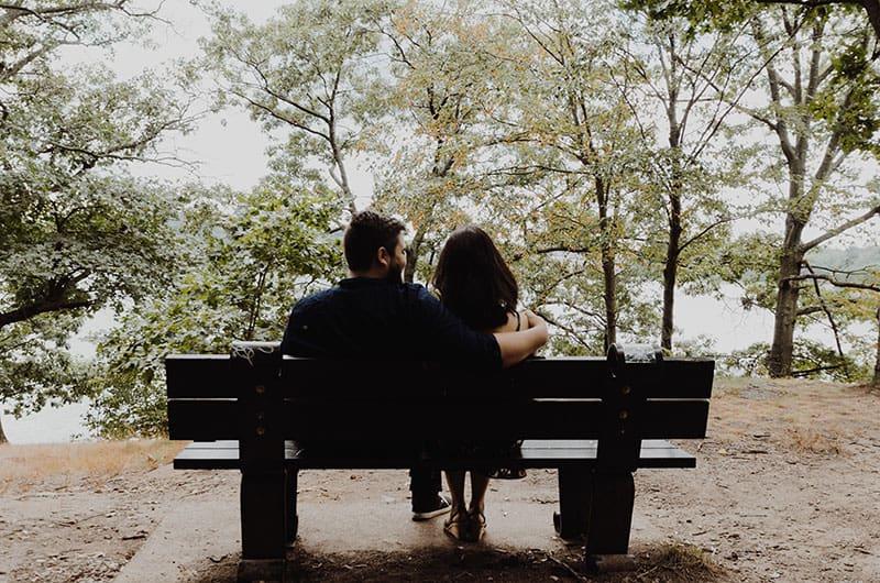 couple parler sur un banc