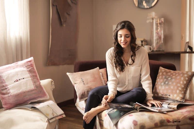 femme assise et feuilletant le catalogue