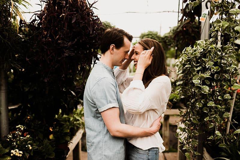 jeune couple, conversation, dans, jardin