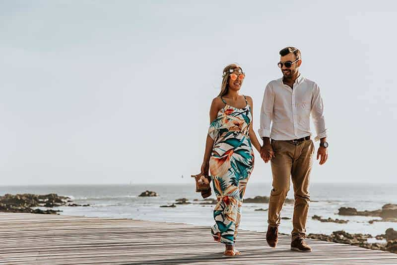 jeune couple marchant au bord de la mer
