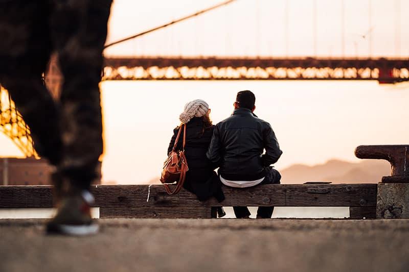 jeune couple, séance, et, apprécier, coucher soleil