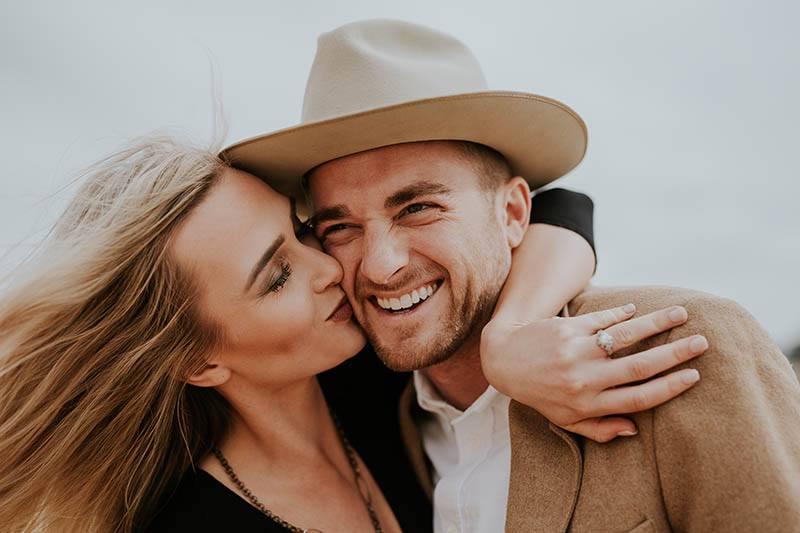 jeune couple s'embrassant