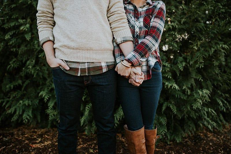 jeune couple, tenant mains, dans parc