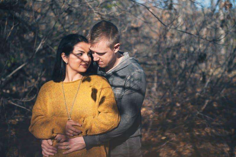 l'homme serra la femme dans ses bras et baissa la tête