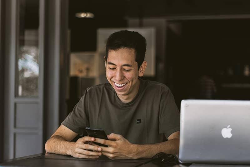 textos de l'homme par son ordinateur portable