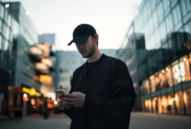 textos homme au milieu de la rue