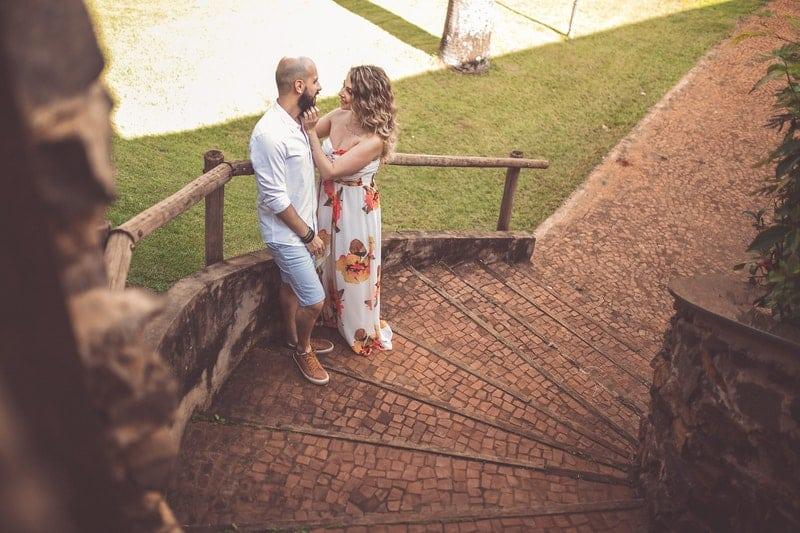 un couple amoureux dans les escaliers