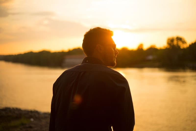 un homme au bord de la rivière dans des verres