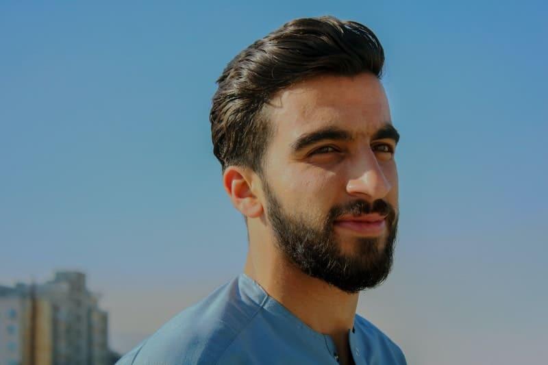 un homme content avec une barbe