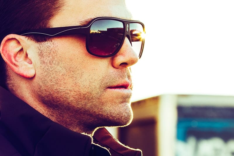 un homme sérieux avec des lunettes