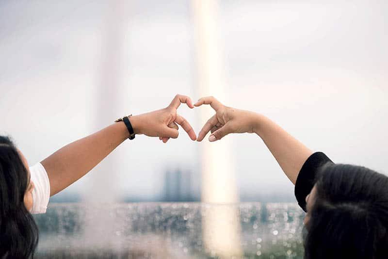 meilleurs amis faisant coeur avec leurs mains