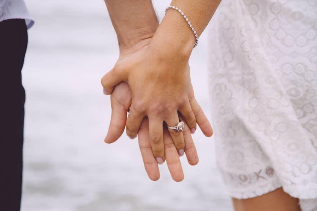 couple main dans la main