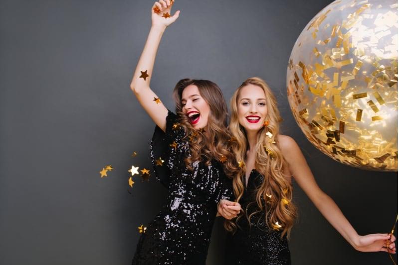 deux femmes célébrant