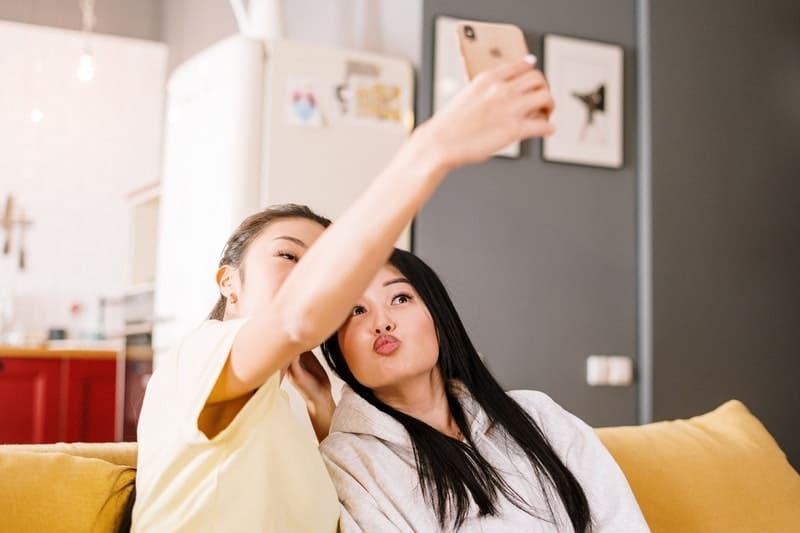 deux filles prennent des photos