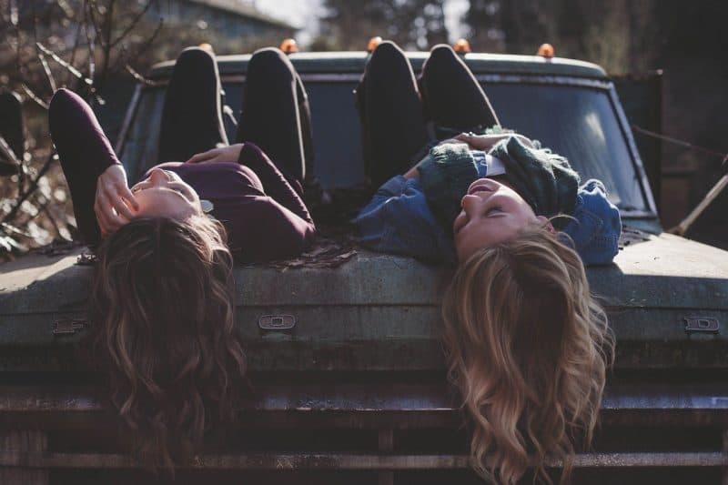 deux filles sont allongées dans la voiture