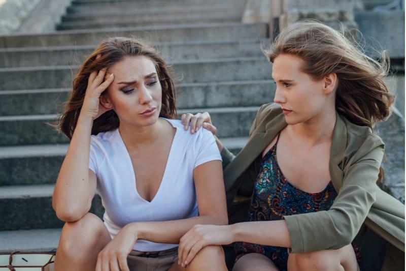 femme triste, parler à un ami