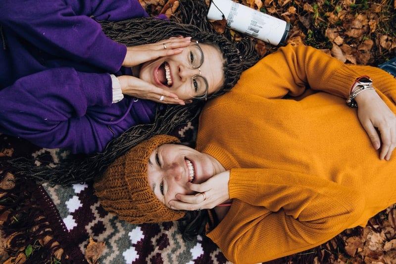femmes riant et couché