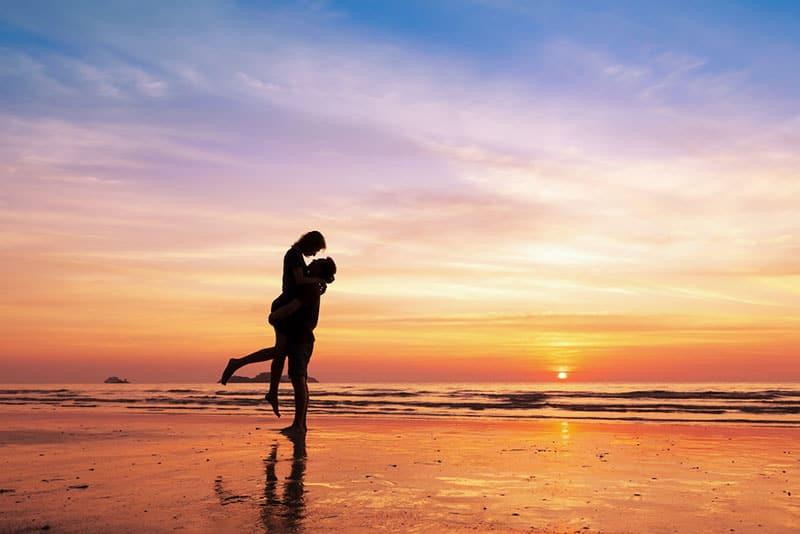 jeune couple, étreindre, sur, plage