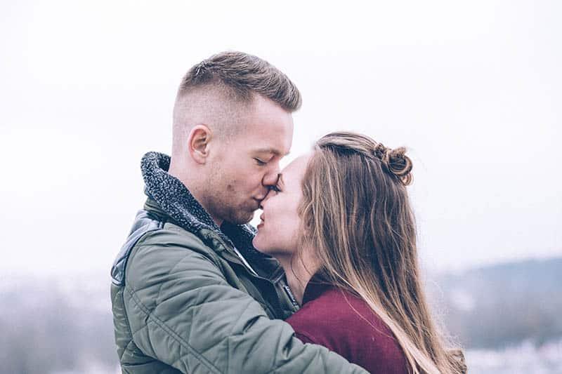jeune couple, baisers, dehors